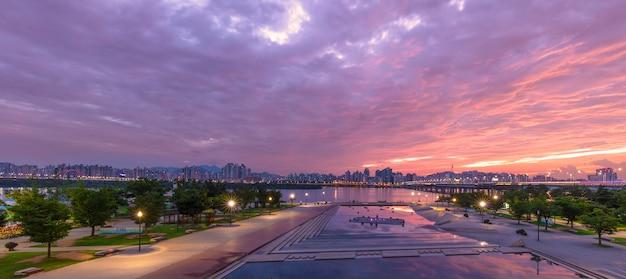 Miasto nad rzeką han w seulu z wieżą seul w yeouido w seulu, w korei południowej.