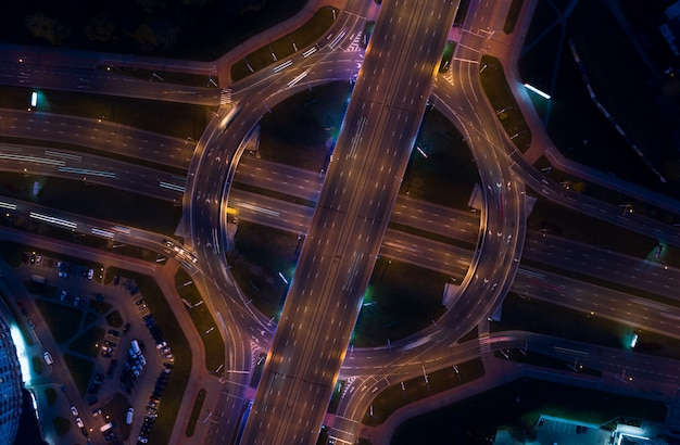 Miasto nocą na drogach