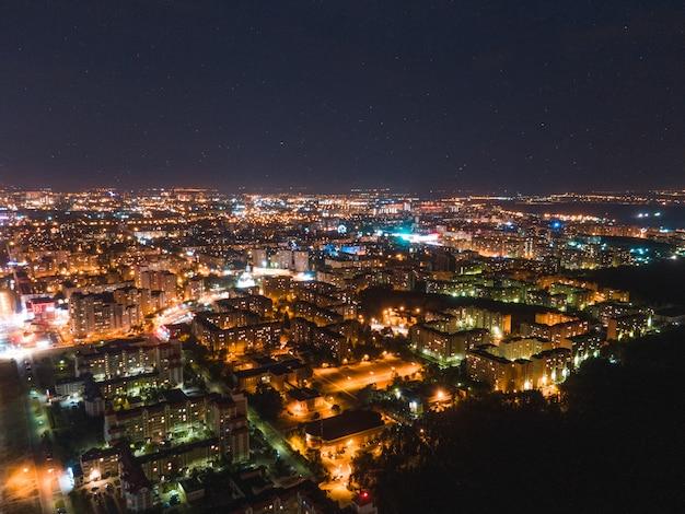 Miasto nocą pod gwiaździstym niebem