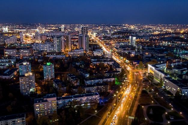 Miasto nocą sfotografowane z powietrza.
