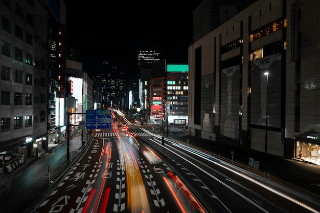 Miasto nocne błyszczy światłem na ulicach