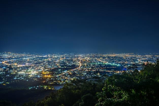 Miasto nocy krajobraz od widoku punktu na górze góry, chiangmai, tajlandia