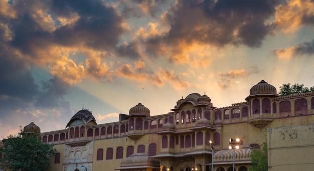 Miasto pałac przy jaipur, stolica rajasthan, india. detale architektoniczne z dramatyczne niebo o zachodzie słońca.
