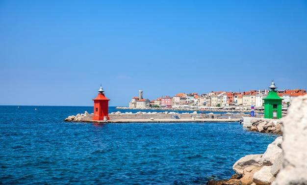 Miasto piran w słowenii na morzu śródziemnym