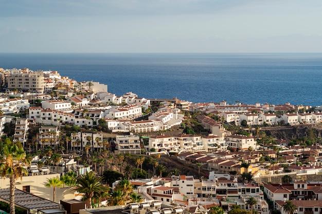 Miasto przybrzeżne z widokiem na morze