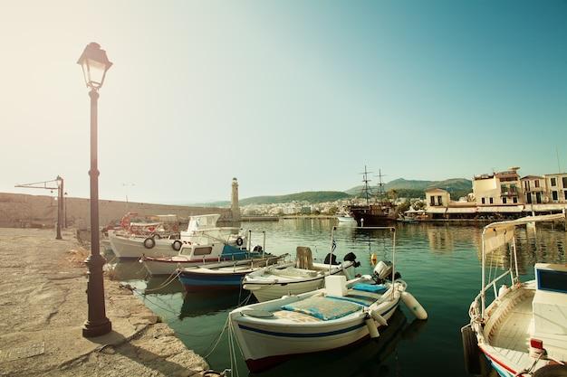 Miasto rethymnon, kreta, grecja. łodzie, morze i latarnia morska. wrażenie grecji