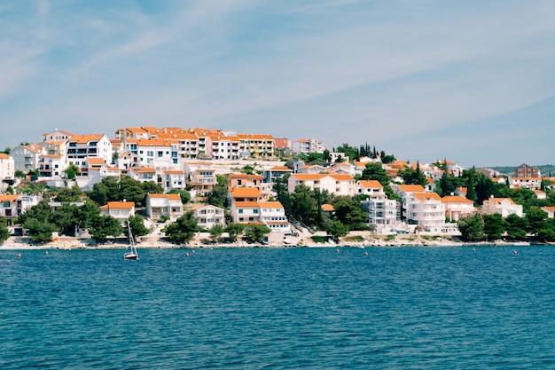 Miasto rogoznica w chorwacji wille, hotele i domy na wybrzeżu adriatyku, lazurowa woda i