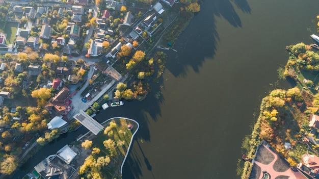 Miasto ruchu drogowego z nowoczesnym budynku widok z góry z drona