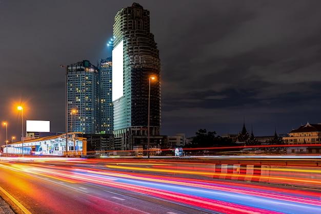 Miasto ruchu ulicznego w nocy