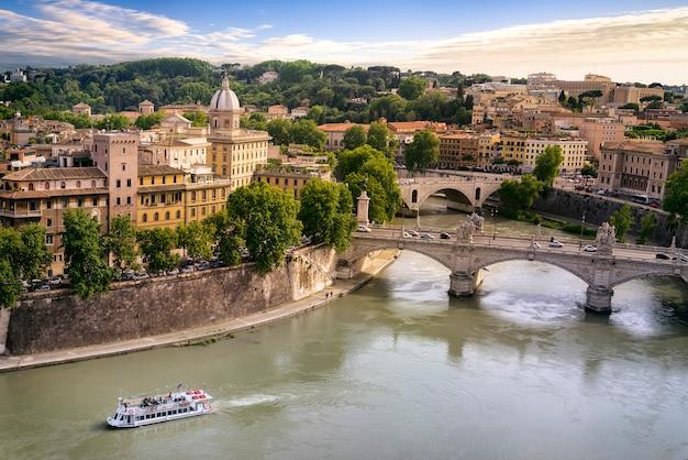 Miasto rzym i rzeka tiber