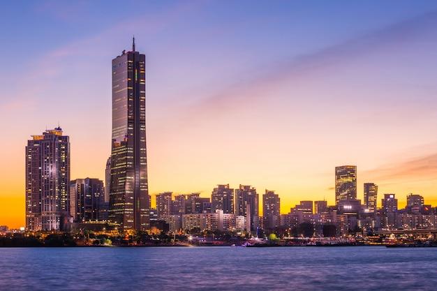 Miasto seul i wieżowiec, yeouido po zachodzie słońca, korea południowa.