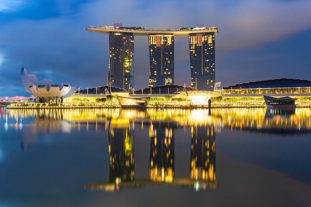 Miasto singapur w czasie wschodu słońca