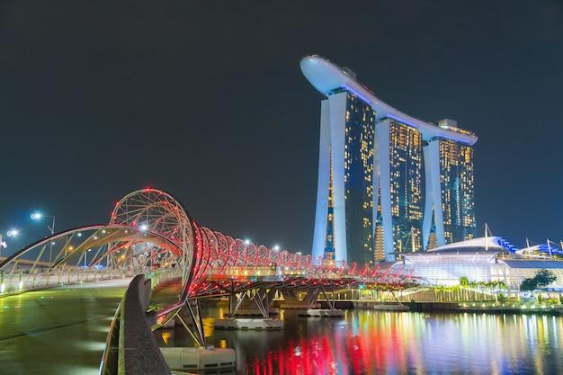 Miasto singapur w nocy.