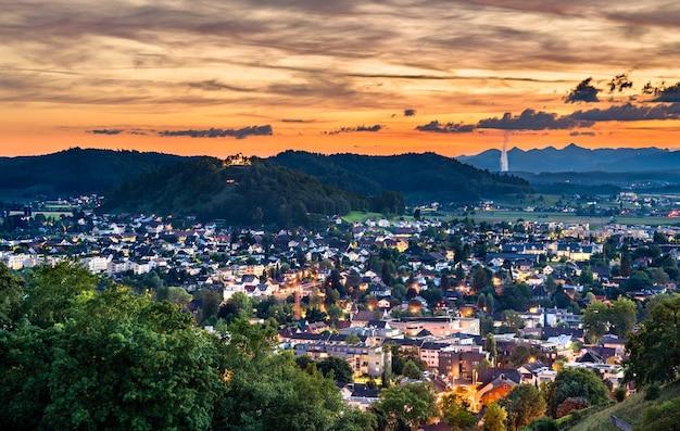 Miasto staufen ze wzgórzem staufberg w szwajcarii o zachodzie słońca