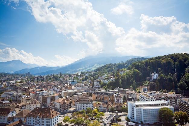 Miasto w górach. małe szwajcarskie miasteczko luzerne w alpach