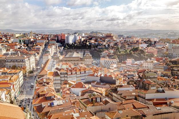 Miasto widziane z góry, wielka aleja. miasto porto w portugalii.
