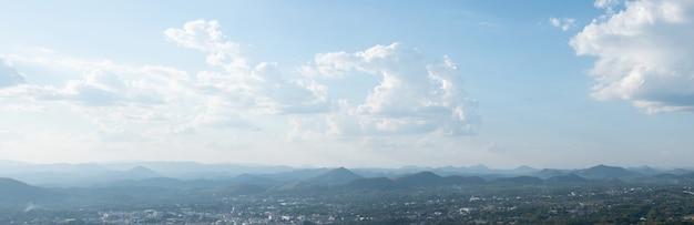 Miasto z punktu widokowego na szczycie góry zrób zdjęcie loei thailand z góry phu bo bit