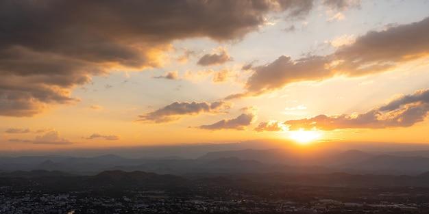 Miasto z punktu widokowego na szczycie zachodu słońca za górskim ujęciem