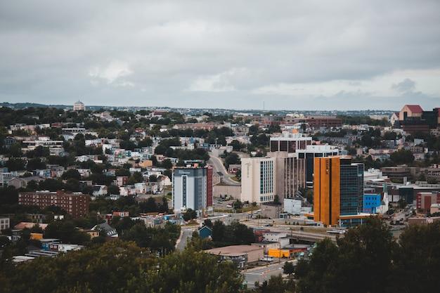 Miasto z wieżowcami pod białym niebem w ciągu dnia