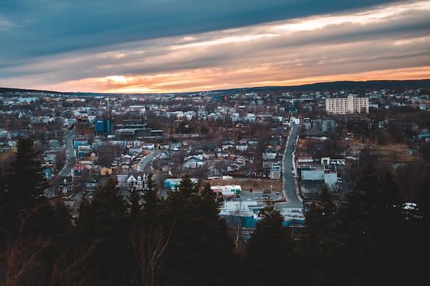 Miasto z wysokimi wzrostami budynkami pod niebieskim niebem podczas dnia