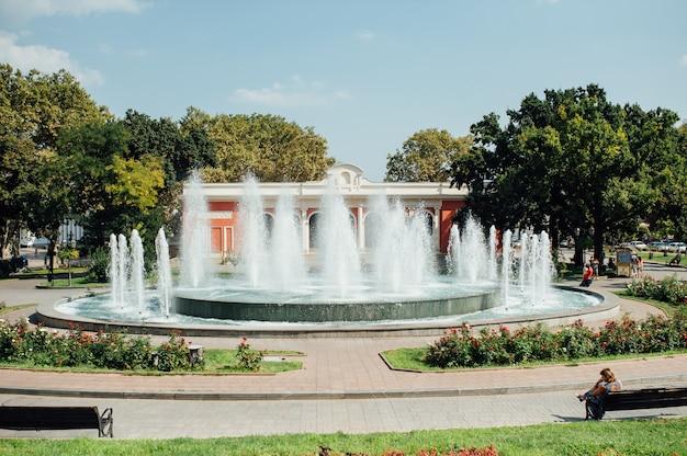 Miastowa jawna fontanna w parku