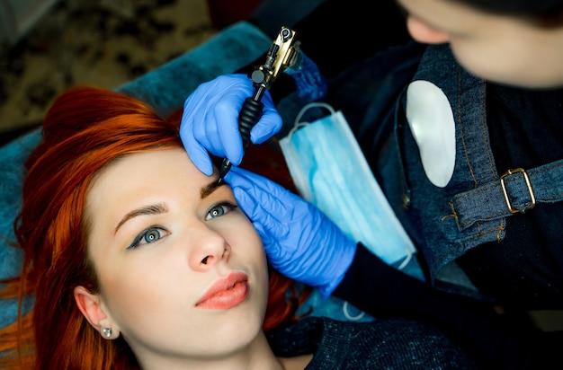Microblading, mikropigmentacja brwi w gabinecie kosmetycznym. kobieta z przyciemnionymi brwiami. makijaż permanentny brwi. zbliżenie