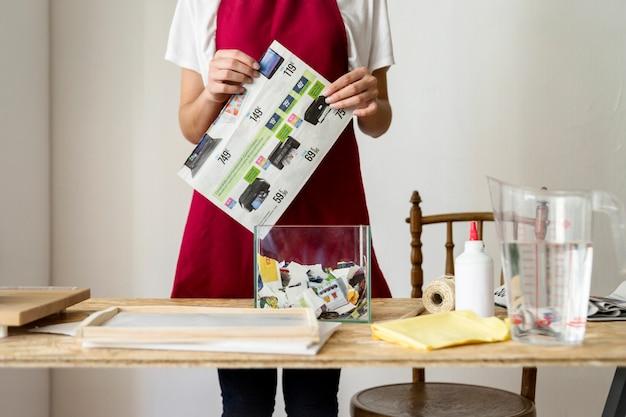 Midsection widok kobiety mienia papier za drewnianym biurkiem