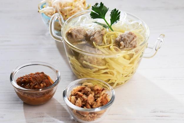Mie bakso popularne indonezyjskie jedzenie uliczne z klopsikami i zupą z makaronem
