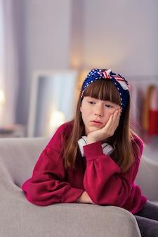 Mieć marzenie. urocza brunetka uczennica nie może się doczekać, będąc głęboko zamyśloną