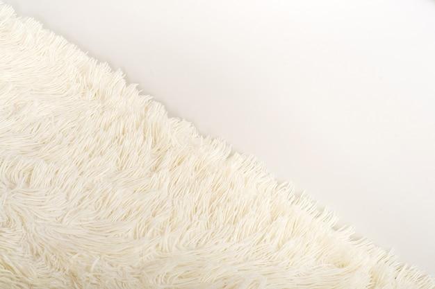 Mięciutki koc z białego sztucznego futra