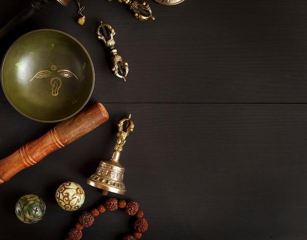 Miedziana misa do śpiewania, koraliki modlitewne, bęben modlitewny, kamienne kule i inne tybetańskie przedmioty religijne