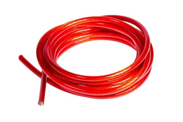 Miedziany kabel zasilający na białym tle