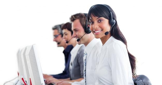 Międzynarodowi przedstawiciele obsługi klienta z zestawem słuchawkowym