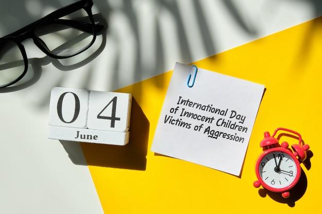Międzynarodowy dzień niewinnych dzieci ofiar agresji 04 czerwca kalendarz miesiąca na drewnianych klockach.