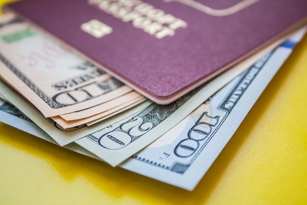 Międzynarodowy paszport z amerykańskimi dolarami w zbliżeniu