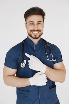 Międzynarodowy student medycyny. mężczyzna w niebieskim mundurze. lekarz ze stetoskopem.
