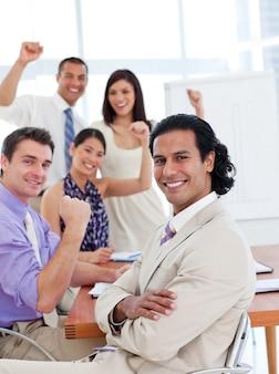 Międzynarodowy zespół biznesowy świętuje sukces