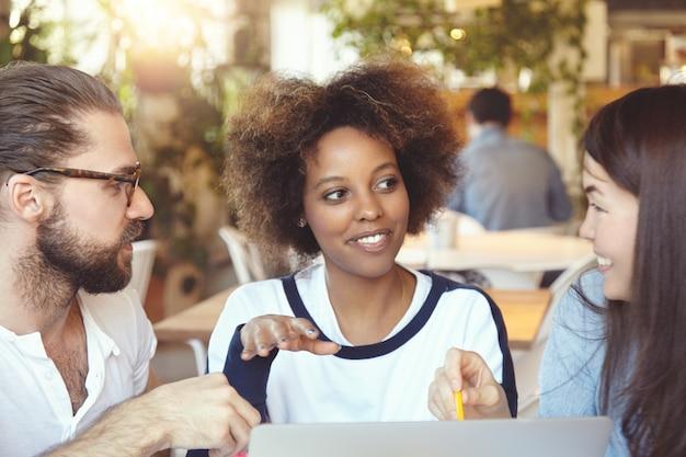 Międzynarodowy zespół. wieloetniczna grupa partnerów omawiająca plany i strategię swojego start-upu.