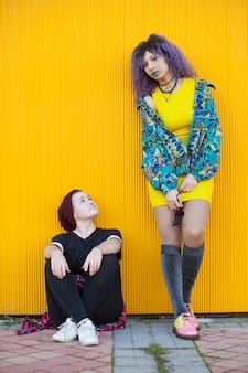 Międzyrasowa para młodych nastolatków hipsterów
