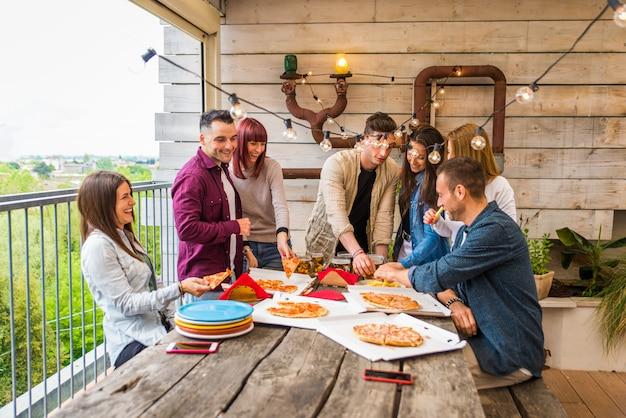 Miejsca siedzące dla przyjaciół zabierają jedzenie
