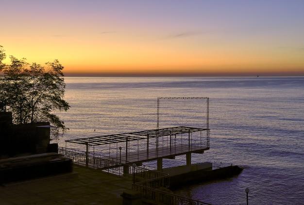 Miejsce do cumowania na morzu czarnym w jałcie bluegold niebo przed świtem linia horyzontu bez ludzi