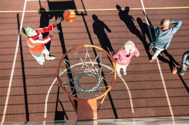 Miejsce do gry w koszykówkę. widok z góry na kosz nad profesjonalnym boiskiem do koszykówki