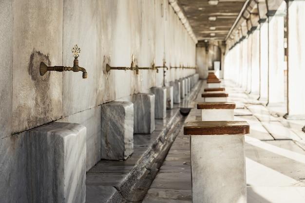 Miejsce do mycia przed wejściem do meczetu. pokój do ablucji. kultura muzułmańska turcji