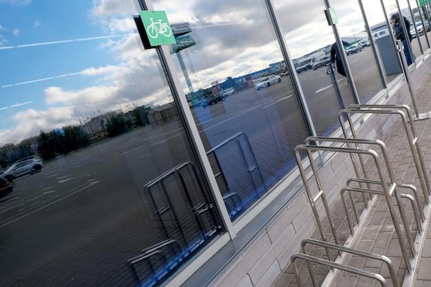 Miejsce do parkowania rowerów przy wejściu do supermarketu, zbliżenie