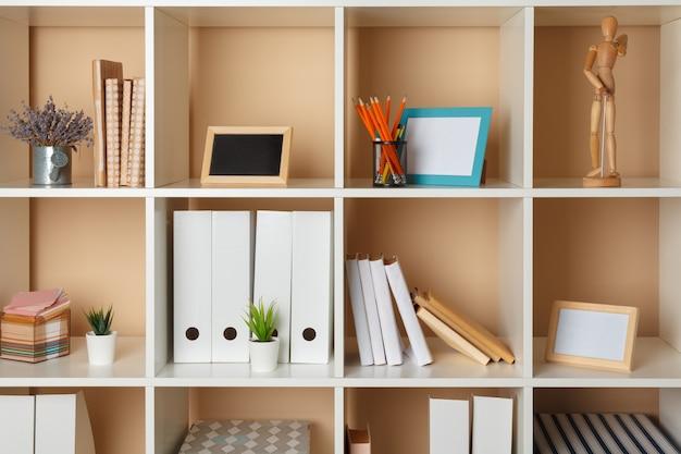 Miejsce do pracy w biurze domowym. biała półka z akcesoriami