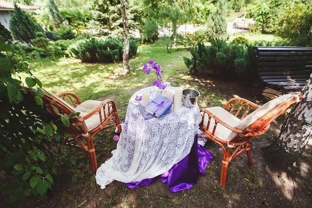 Miejsce na ślubną sesję zdjęciową w przyrodzie z wystrojem