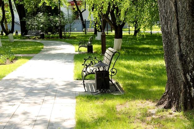 Miejsce odpoczynku publicznego z ławkami.