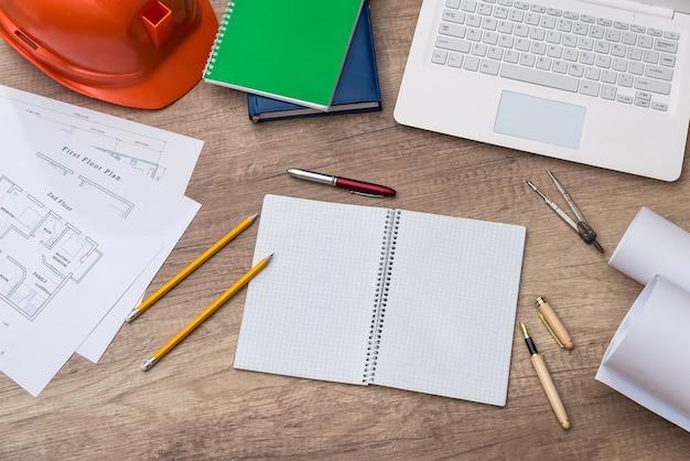 Miejsce pracy architekta lub inżyniera z projektem i laptopem