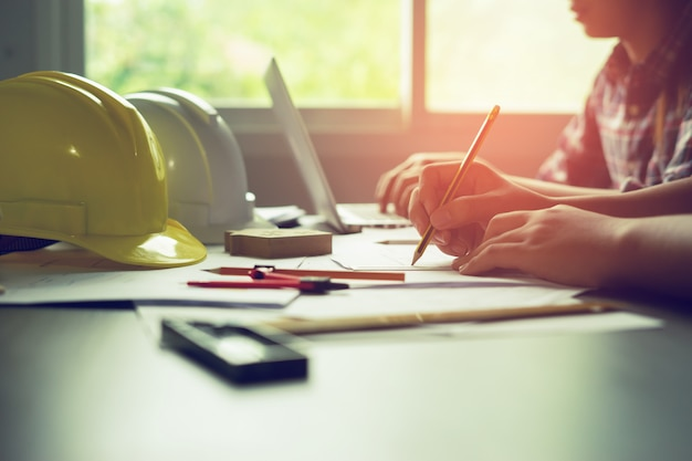 Miejsce pracy architekta, ołówek na plan i cyrk