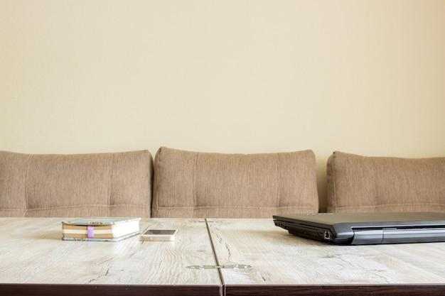 Miejsce pracy, biurko domowe, laptop, telefon, notatnik